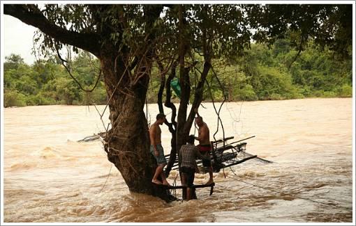 Jon hàng ngày ra sông tắm giống người dân bản địa.